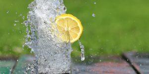 voda kozarec limona