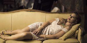 Ženska v obleki počiva na kavču