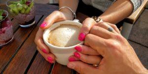 Partnerja ob skodelici kave