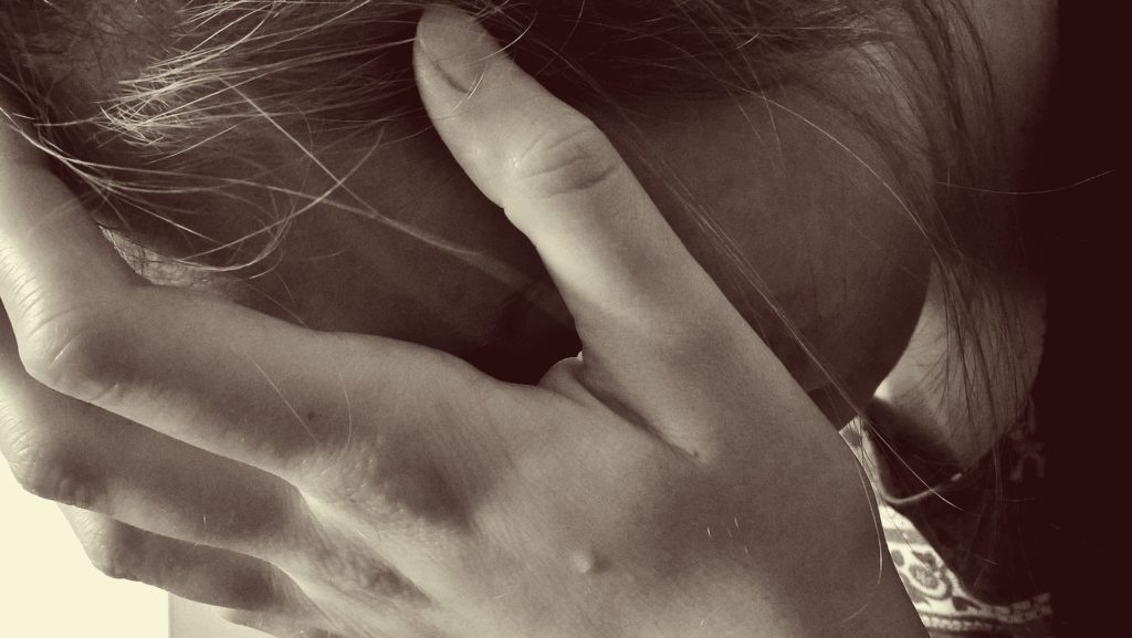 ženska žalostna žrtev posilstva