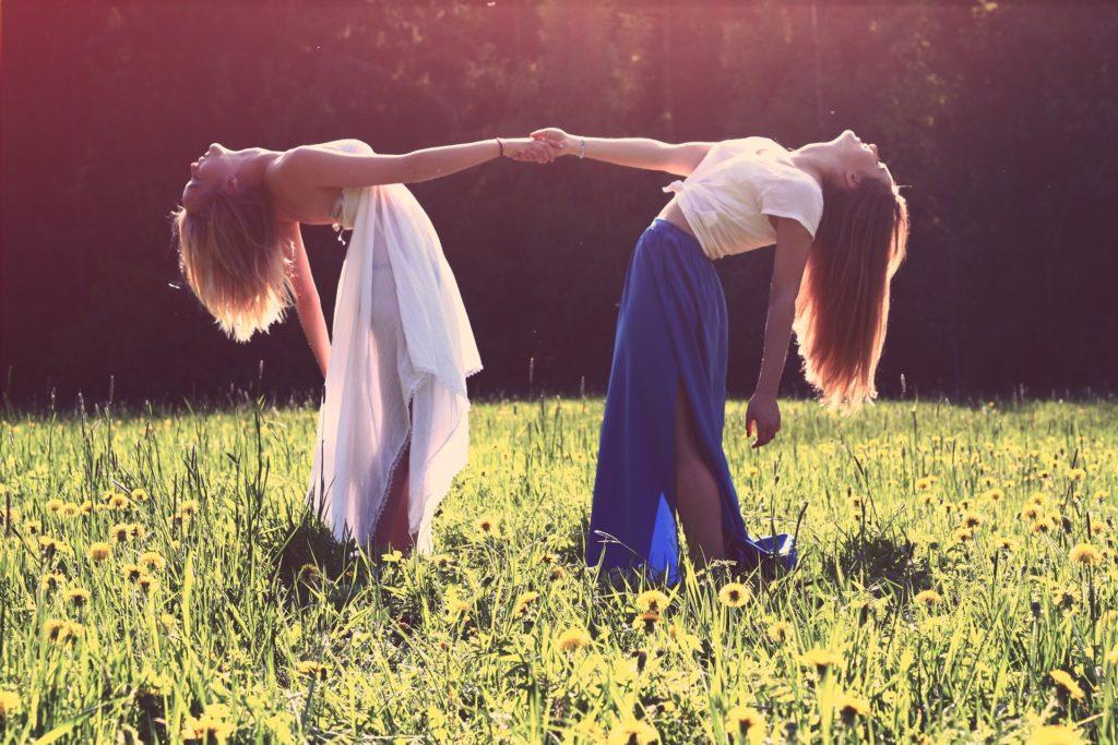 dve ženski plešeta v naravi