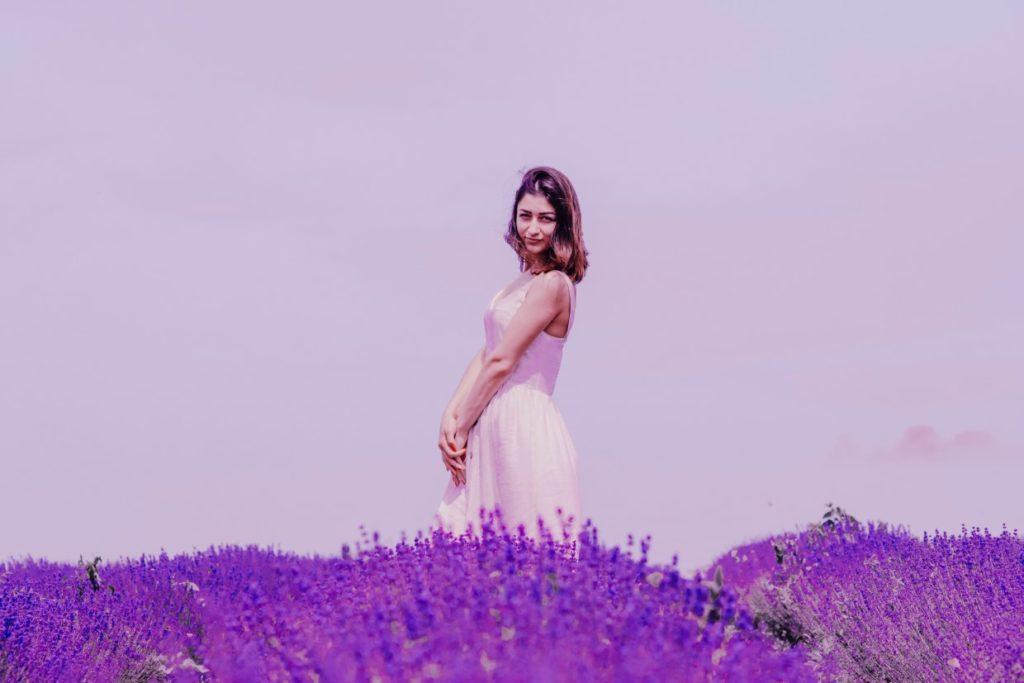 vijolična sivka ženska